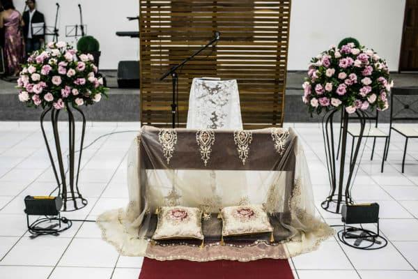 Decoração de Igreja Evangélica com almofadas no altar