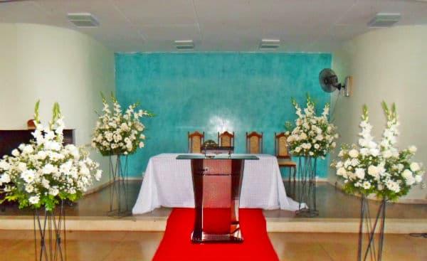 Decoração-de-Igreja-Evangélica-com-flores-brancas