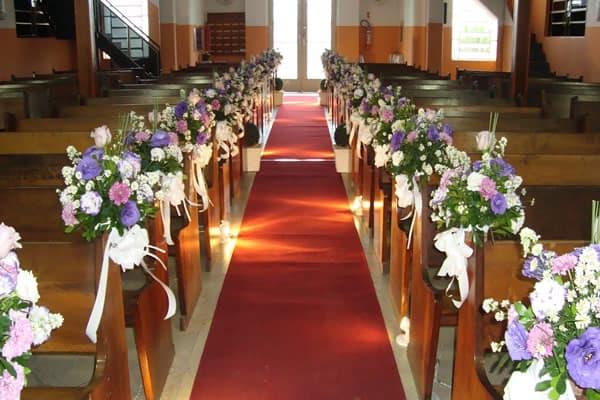 Decoração-de-Igreja-Evangélica-com-flores-no-banco