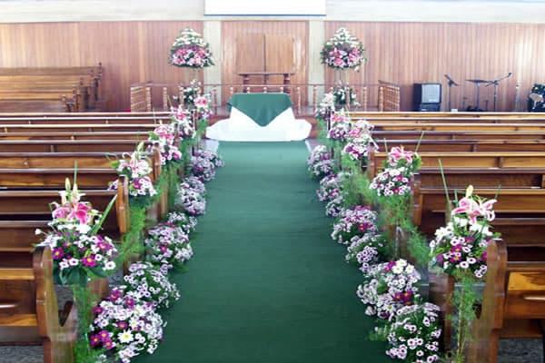 Decoração-de-Igreja-Evangélica-com-tapete-verde